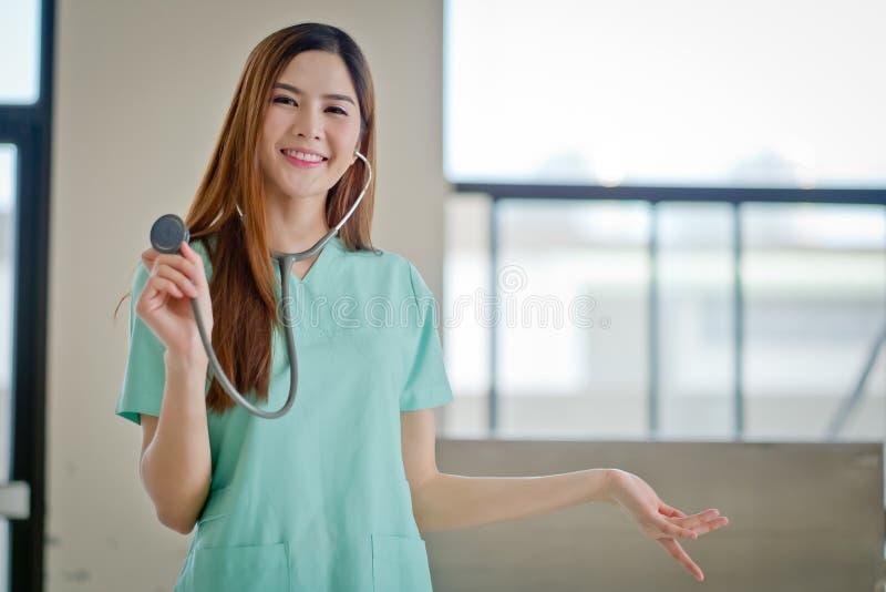 De Gelukkige glimlachende jonge mooie vrouwelijke arts die leeg AR tonen royalty-vrije stock foto