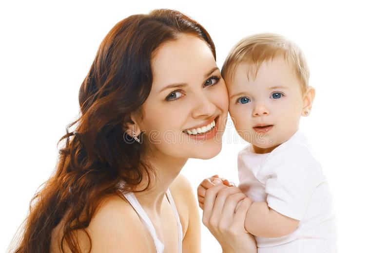 De gelukkige glimlachende moeder die van het portretclose-up haar baby houden die op wit wordt geïsoleerd royalty-vrije stock fotografie
