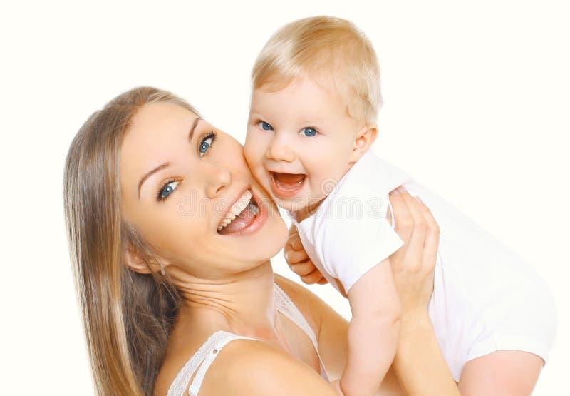 De de gelukkige glimlachende moeder en baby die van het portretclose-up die pret hebben samen op wit wordt geïsoleerd royalty-vrije stock foto