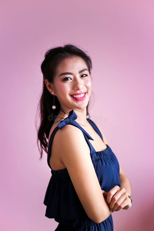 De gelukkige glimlachende mooie jonge Gelukkige vrouw, ontspant concept royalty-vrije stock fotografie