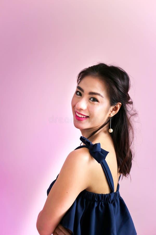 De gelukkige glimlachende mooie jonge Gelukkige vrouw, ontspant concept royalty-vrije stock foto's