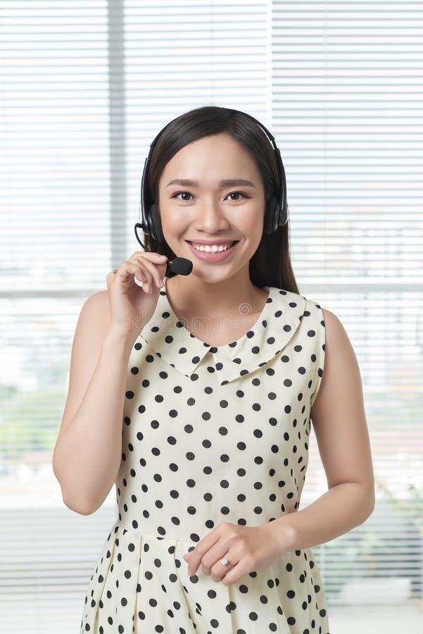 De gelukkige glimlachende vrolijke exploitant van de steuntelefoon in hoofdtelefoon royalty-vrije stock fotografie