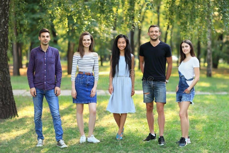 De gelukkige glimlachende vrouwen en de mannen die van studentenvrienden zich ou verenigen royalty-vrije stock fotografie