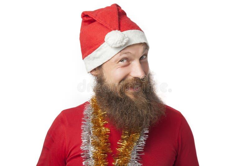 De gelukkige grappige Kerstman met echte baard en rode hoed en overhemd die gek gezicht en het glimlachen, het kijken en camera m royalty-vrije stock fotografie