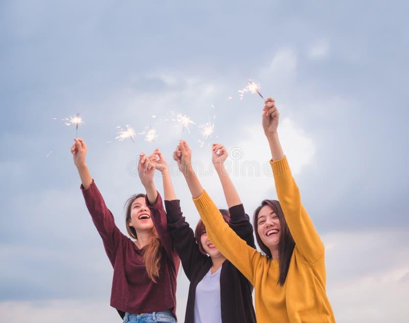 De gelukkige groep Aziatische meisjesvrienden geniet en speelt van sterretje bij roo stock foto's