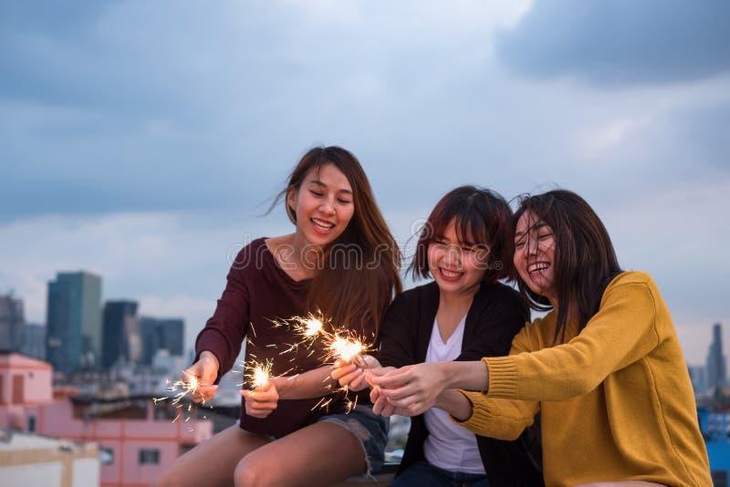 De gelukkige groep Aziatische meisjesvrienden geniet en speelt van sterretje bij roo stock afbeeldingen