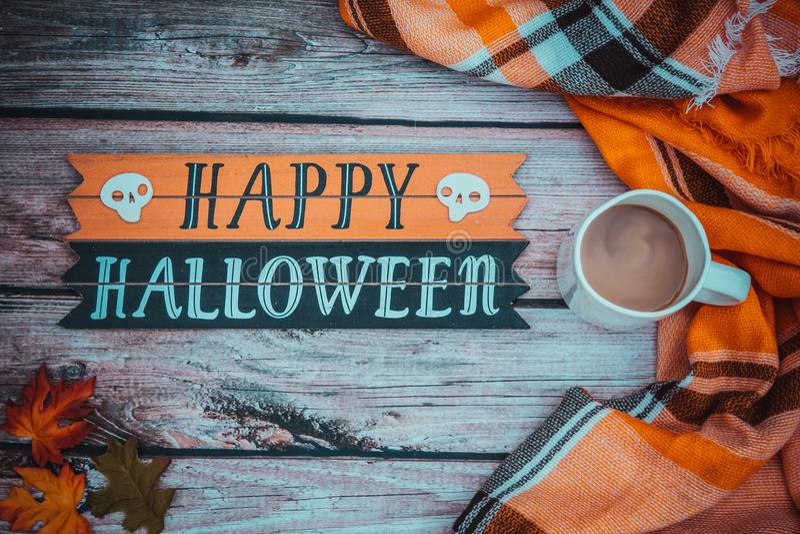 De gelukkige Halloween-achtergrond van het uitdrukkingsconcept Koffie en comfortabele plaid oranje deken royalty-vrije stock foto