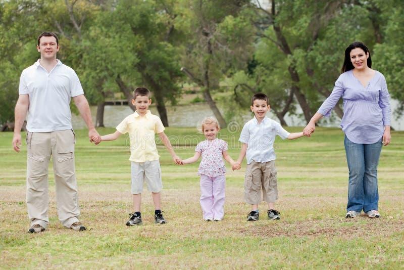 De gelukkige handen van de familieholding stock fotografie