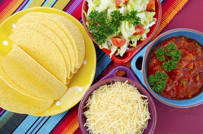 De gelukkige heldere kleurrijke partij van Cinco de Mayo stock afbeelding