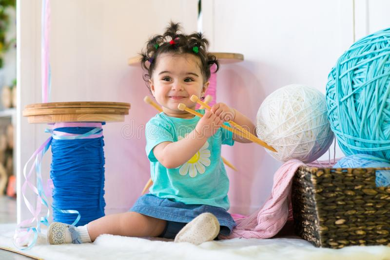 De gelukkige het glimlachen zoete zitting van het babymeisje op bank, Feestvarken, Één éénjarige stock afbeelding