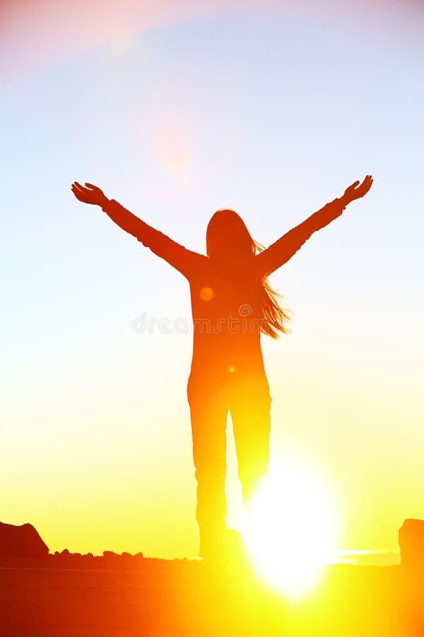 De gelukkige het toejuichen het vieren zonsondergang van de succesvrouw royalty-vrije stock foto's