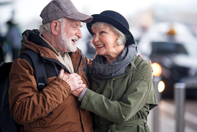 De gelukkige hogere dame en de heer omhelzen stock afbeelding