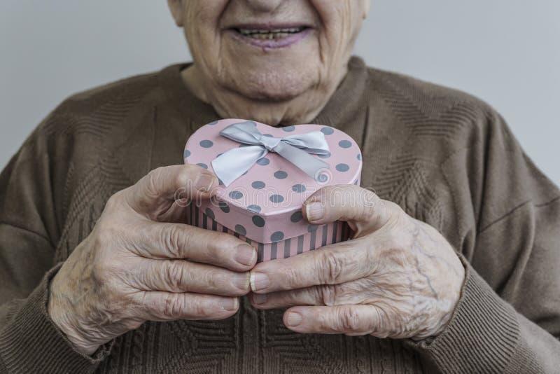 De gelukkige hogere gevormde gift van de vrouwenholding hart stock foto's