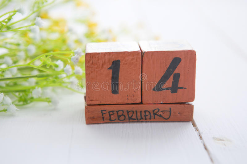 De gelukkige houten kalender van Valentine Day voor 14 Februari royalty-vrije stock afbeeldingen
