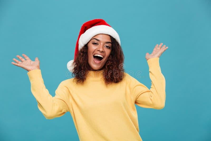 De gelukkige jonge Afrikaanse dame kleedde zich in warme sweater stock afbeelding