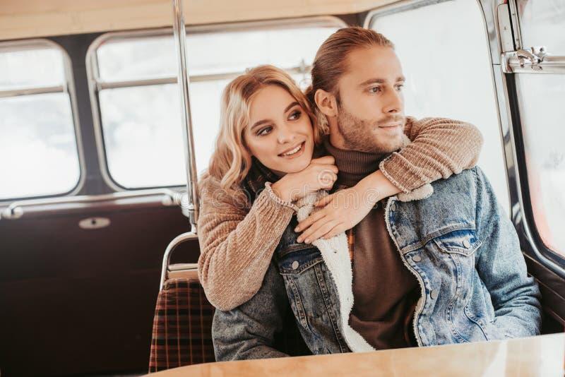 De gelukkige jonge dame omhelst de haar geliefde mens stock foto