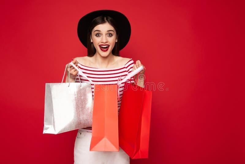 De gelukkige jonge dameholding opende het winkelen pakken stock afbeelding