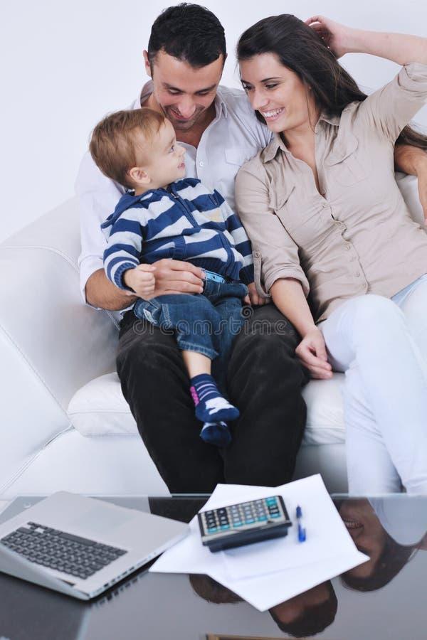De gelukkige jonge familie heeft pret met TV in backgrund royalty-vrije stock foto's