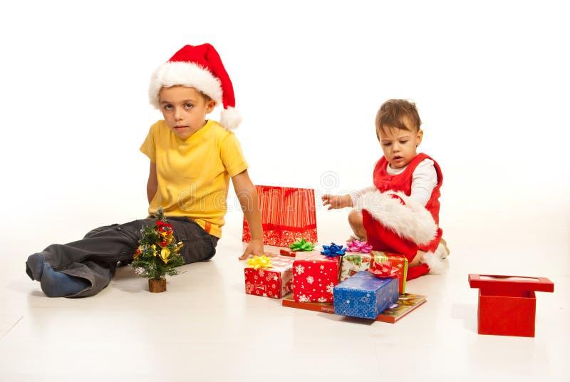 De gelukkige jonge geitjes treffen voor Kerstmis voorbereidingen royalty-vrije stock afbeeldingen