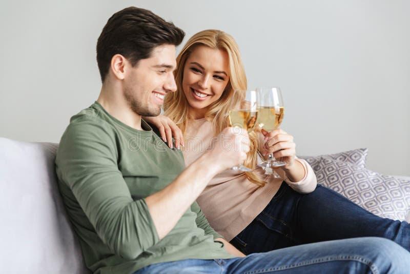 De gelukkige jonge het houden van paar het drinken champagne van de alcohol witte wijn royalty-vrije stock afbeelding