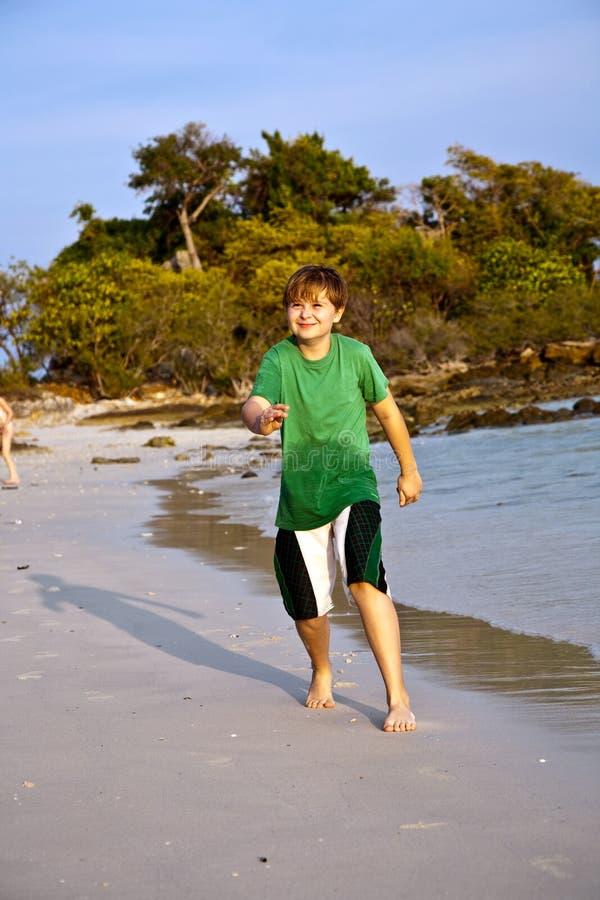 De gelukkige jonge jongen loopt  stock afbeeldingen