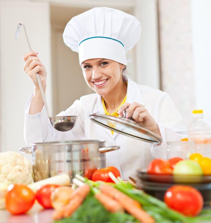 De gelukkige jonge kok test vegetarisch voedsel royalty-vrije stock foto