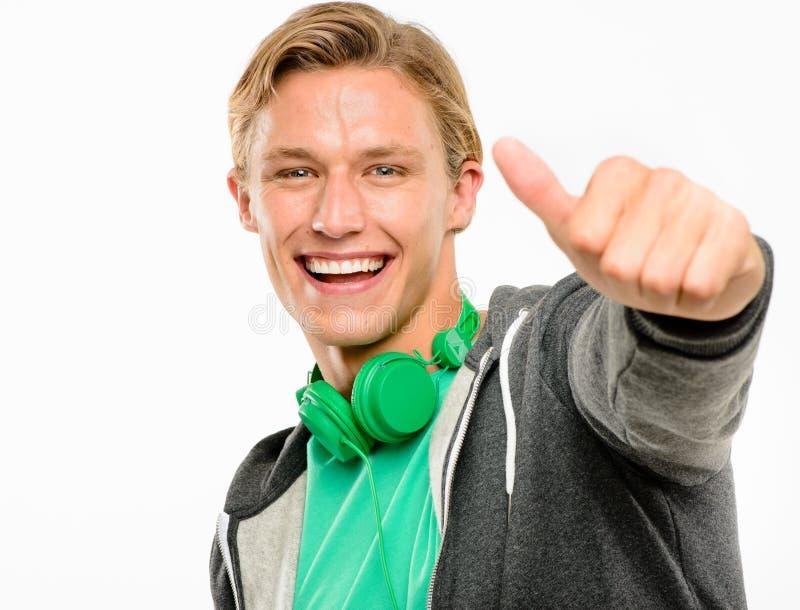 De gelukkige jonge mensenholding beduimelt omhoog glimlachen geïsoleerd op witte rug royalty-vrije stock afbeeldingen