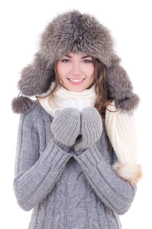 De gelukkige jonge mooie vrouw in de winterkleren met kop thee is royalty-vrije stock foto
