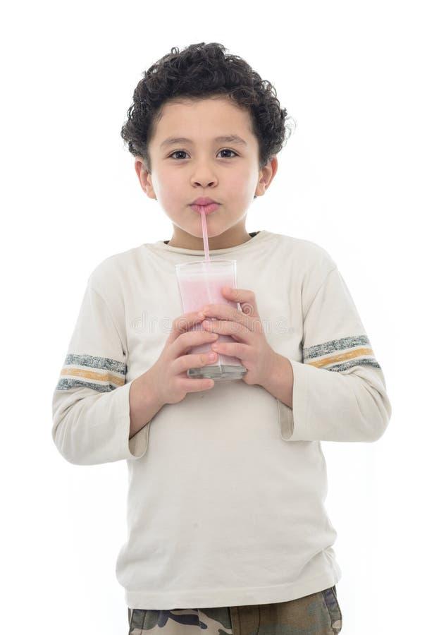 De gelukkige Jonge Schok van de Jongensconsumptiemelk stock afbeeldingen