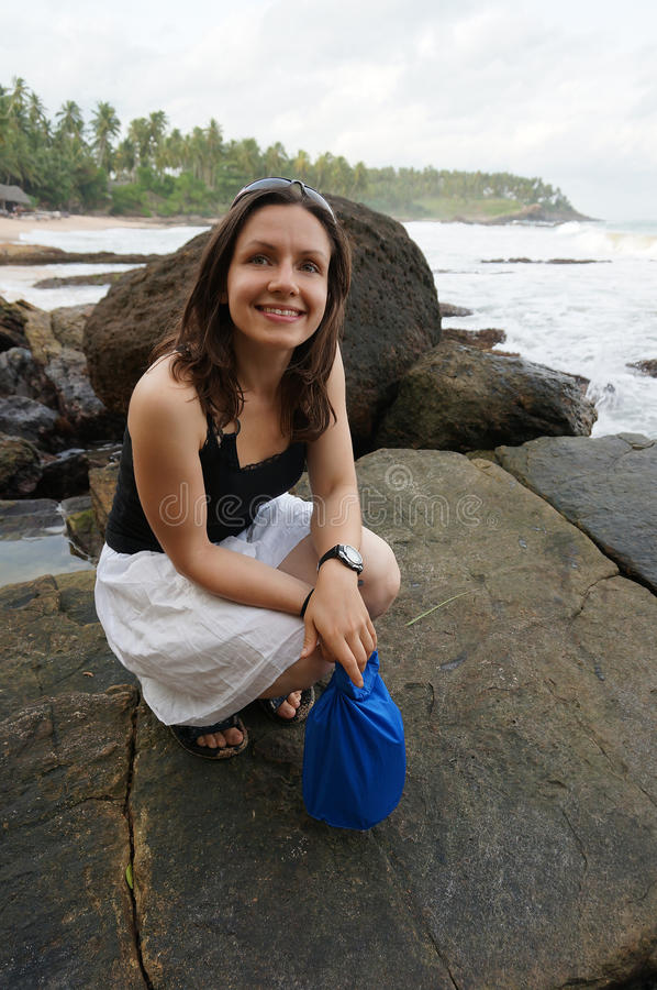 De gelukkige jonge vrouw geniet van strand in Sri Lanka royalty-vrije stock afbeeldingen