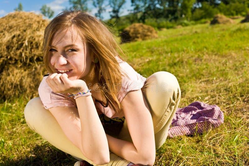 De gelukkige jonge vrouw heeft pret stock afbeelding