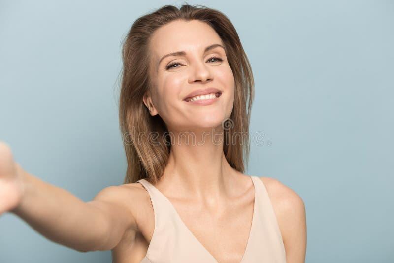 De gelukkige jonge vrouw heeft pretdans die in studio wordt ge?soleerd stock afbeelding