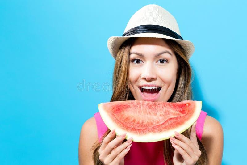 De gelukkige jonge watermeloen van de vrouwenholding stock afbeeldingen