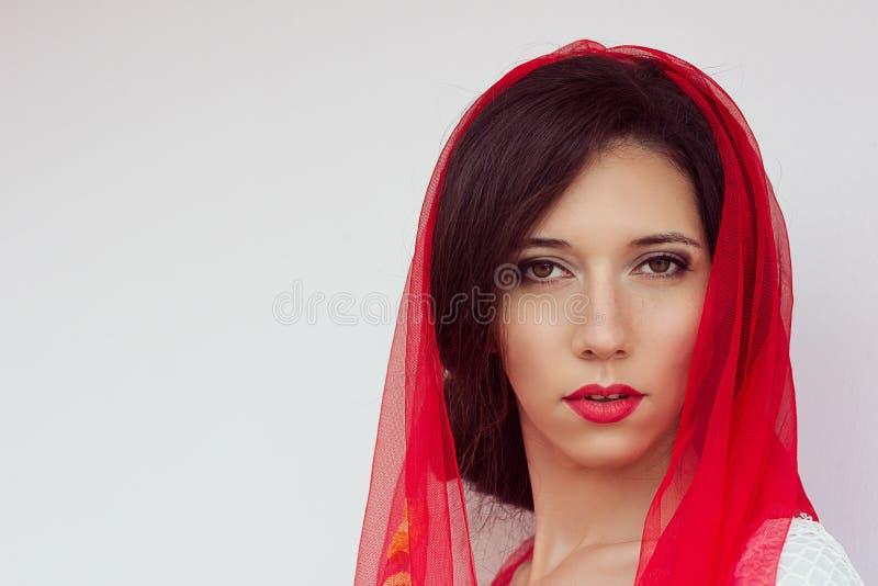 De gelukkige jonge zakken van de meisjesholding op een witte achtergrond Kaukasische stijl De Make-up van de manier Rode Lippen S royalty-vrije stock afbeelding