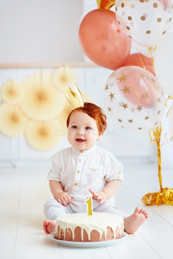 De gelukkige jongen die van de zuigelingsbaby zijn eerste verjaardag vieren stock afbeeldingen