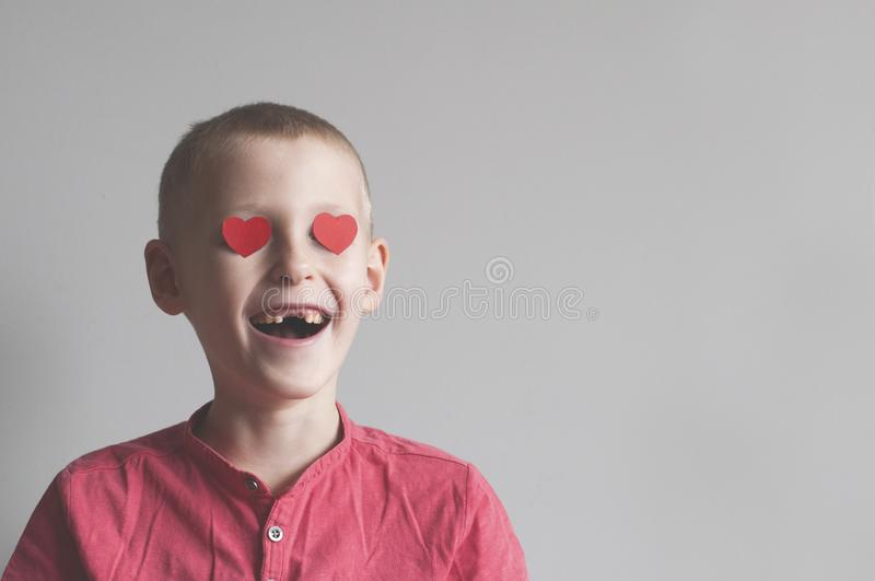 De gelukkige jongen met hartvorm het houden van kijkt royalty-vrije stock foto