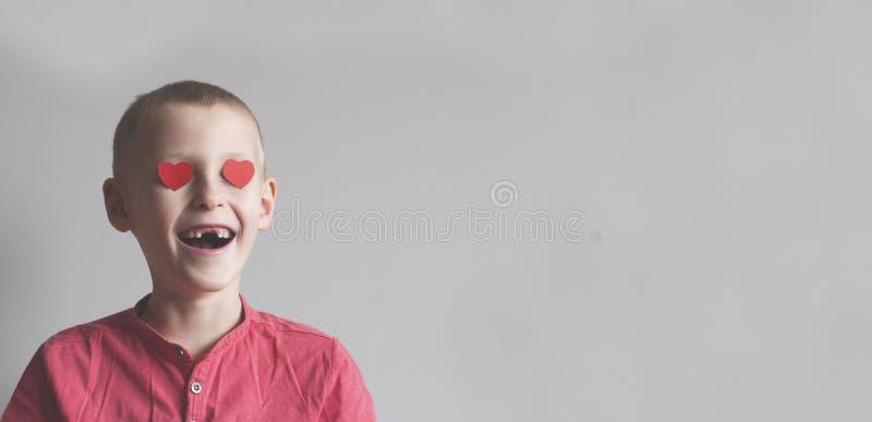 De gelukkige jongen met hartvorm het houden van kijkt royalty-vrije stock foto's