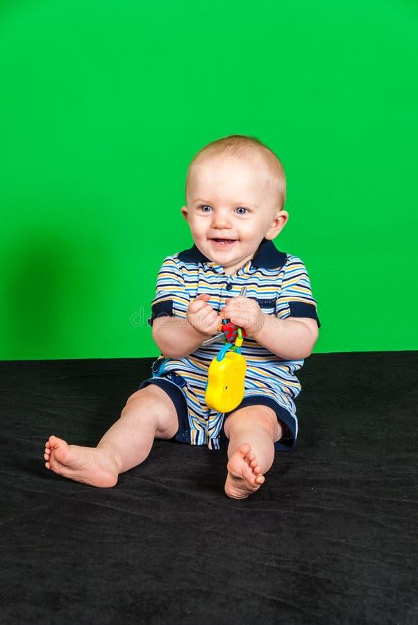 De gelukkige Jongen van de 10 Maand Oude Baby op het Groene Scherm royalty-vrije stock fotografie