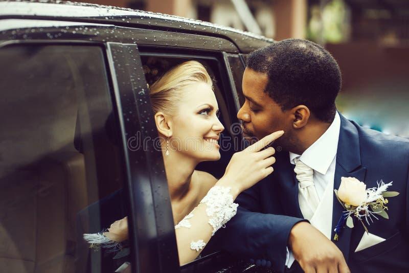 De gelukkige jonggehuwden delen liefde stock afbeelding