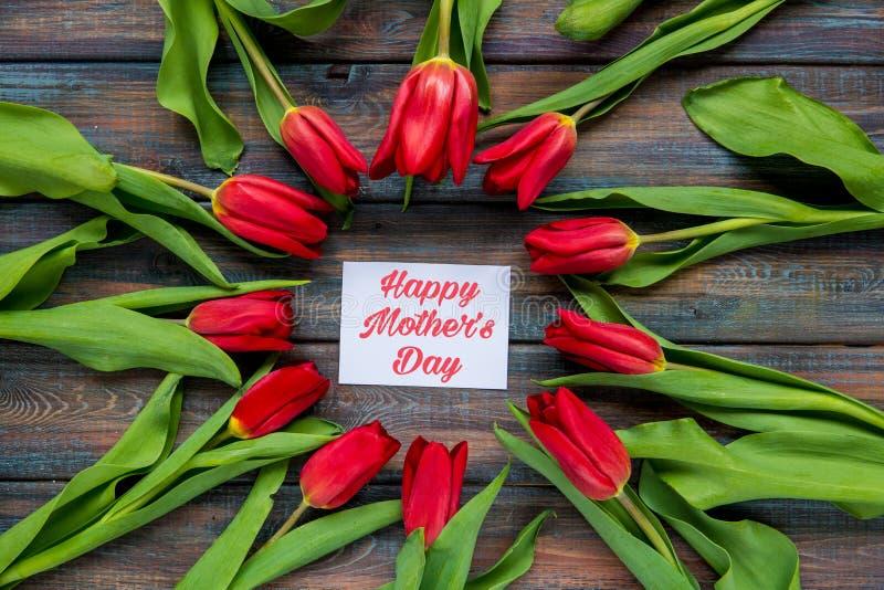De gelukkige kaart van de Moeder` s Dag met rode tulpen royalty-vrije stock fotografie