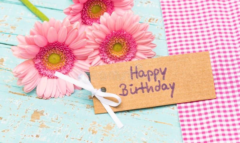De gelukkige kaart van de Verjaardagsgroet met de roze bloemen van het gerberamadeliefje stock foto's
