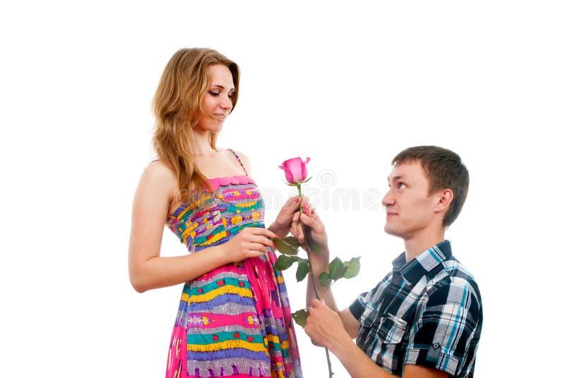 De gelukkige kerel biedt een meisje aan royalty-vrije stock foto's