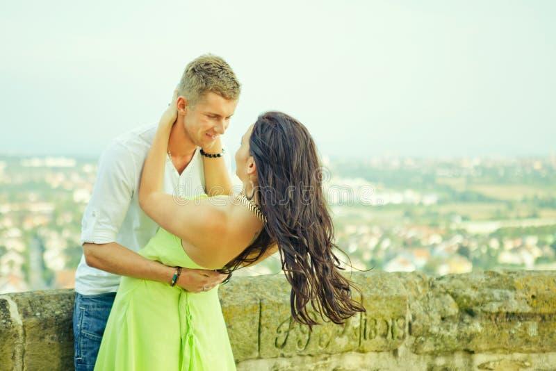 De gelukkige Kerel omhelst het meisje royalty-vrije stock afbeeldingen