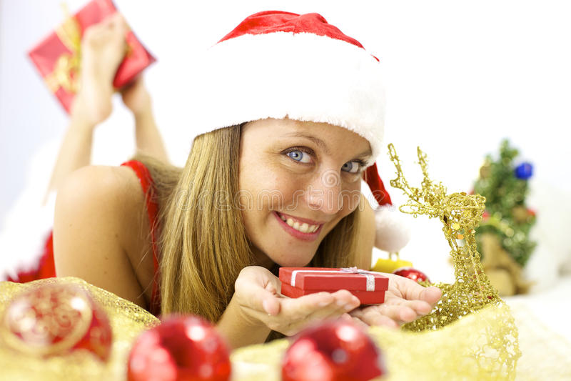 De gelukkige Kerstman met weinig in hand pakket stock fotografie