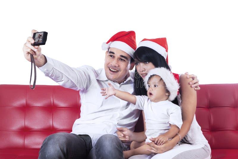 De gelukkige Kerstmisfamilie neemt een foto royalty-vrije stock afbeelding