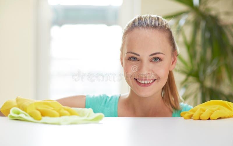 De gelukkige keuken van de vrouwen schoonmakende lijst thuis royalty-vrije stock foto