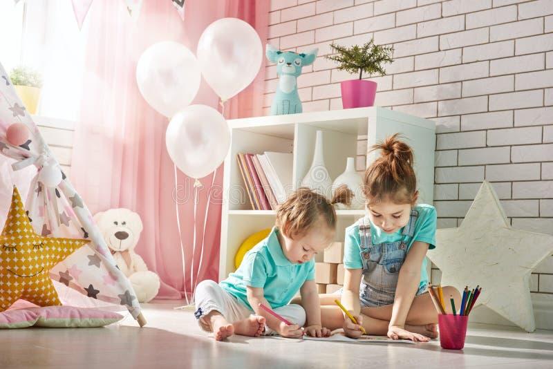 De gelukkige Kinderen spelen stock foto's