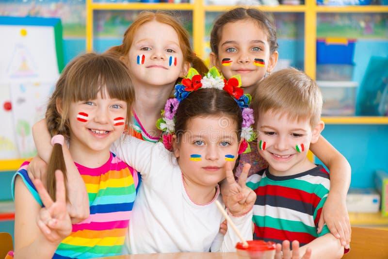 De gelukkige kinderen in taal kamperen royalty-vrije stock afbeelding
