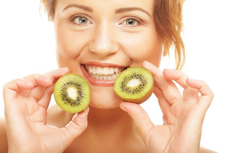Download De Gelukkige Kiwi Van De Vrouwenholding Stock Foto - Afbeelding bestaande uit groen, vegetariër: 39110892