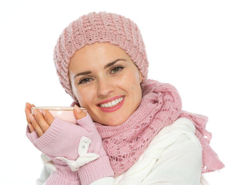 De gelukkige kop thee van de vrouwenholding stock fotografie